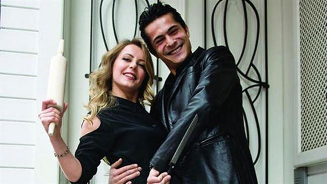 Vildan Atasever ve İsmail Hacıoğlu  Evlilikleri magazin gündemine bomba gibi düşen Vildan Atasever ile İsmail Hacıoğlu, boşandı. Sürpriz ayrılığın ardından İsmail Hacıoğlu yeni bir aşka yelken açtı.