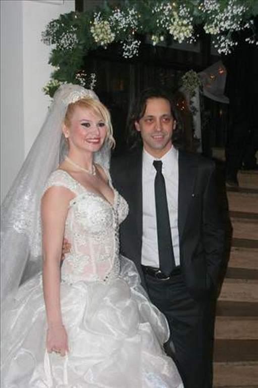 Kaan Tangöze ve Seçkin Piriler  Duman grubunun solisti Kaan Tangöze ile Seçkin Piriler anlaşmalı olarak tek celsede boşandı.