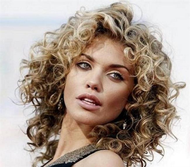 Dip Boyanız Geldiyse  Saçınızın dip boyası geldi ve sizin boyatmak için zamanınız yoksa tek yapmanız gereken dikkati saç diplerinizden uzak tutmak. Saçlarınızı dibinizi kamufle edecek şekilde dalgalandırabilirsiniz.