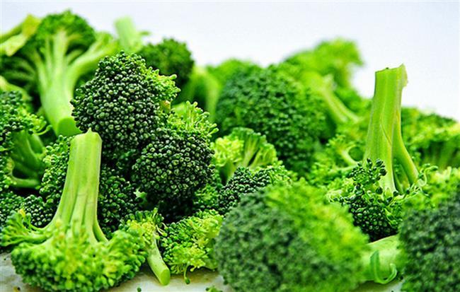 Sonbaharın gelmesiyle soğuk algınlığı, grip, bronşit, nezle gibi bağışıklık sistemimizi kötü etkileyen hastalıklar da kapıyı çalıyor. Bu hastalıklara karşı sizi koruyacak besinler bakın ne fayda sağlıyor?  Brokoli  A, C, D, E, K vitaminleri demir, kalsiyum, potasyum gibi mineralleri yüksek oranlarda içeren brokoli haşlanmış halde tüketildiğinde hastalıklardan korunmak ve tedavilerinde en güçlü savaşçımız olabilir. Diyet süresince de zayıflatıcı etkisi yüksek olan brokolinin sofralarda her gün yer bulması önemlidir.  Uzm. Dyt. Nilay Keçeci Arpacı