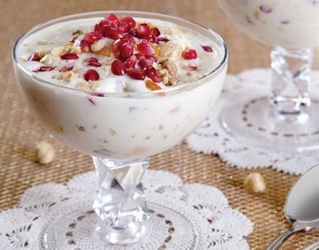 """Sütlü Aşure  Malzemeler  - 1 kg. Süt - 4 dolu kaşık nişasta - 1 bardak şeker - 1 avuç kuru üzüm - 10 adet kuru incir - 10 adet kuru kayısı - Antep Fıstığı   Yapılışı:  Tüm kuru meyveleri ve elmaları küp küp doğrayın. Sütten bir bardak ayırın ve nişastayı o bir bardakta eritin. Kalan süt ve şekeri şeker eriyinceye kadar kaynatın. Nişastalı sütü de süte ilave ederek kaynatmaya devam edin. Koyulaşmaya yakın doğradığınız kuru meyveleri ve elmayı ilave edin. Bir kaç dakikada meyvelerle karıştırmaya devam edin ve kaselere doldurun. Soğuyunca fıstık, tarçın veya hindistan cevizi seçim size kalmış süsleyip servis edin.  <a href=  http://foto.mahmure.com/yasam/sonbaharda-icinizi-sitacak-10-tatli_41070/6#fotograf style=""""color:red; font:bold 11pt arial; text-decoration:none;""""  target=""""_blank"""">Sonbahar'da İçinizi Isıtacak 10 Tatlı !"""