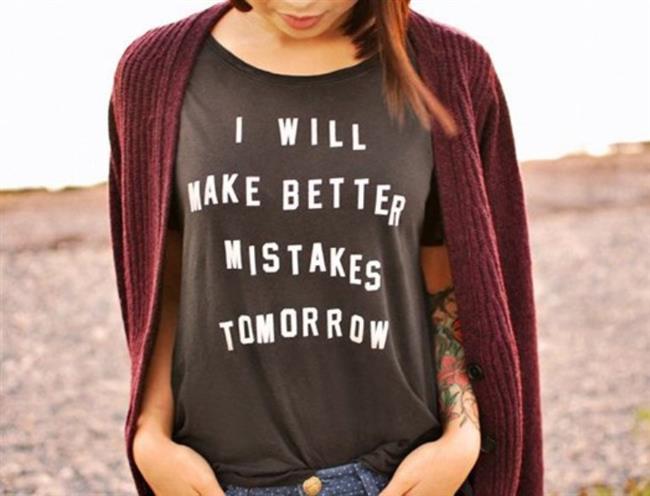 Sloganlı tişörtler  Sokak modası trend mevzularında artık daha açık sözlü! Sloganlı tişörtlerle içimize atmadan, daha cesur bir stile var mısınız? Üstelik bu stille 90'lar modasına da gönderme yapabilir, tüm eskimiş ve solmuş tişörtleri vintage havası ile tekrar kullanmaya başlayabiliriz.