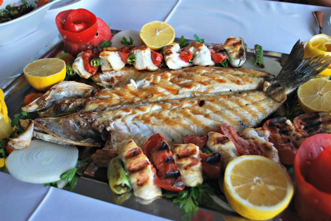 Levrek  Türkiye kıyılarında Karadeniz, Marmara ve Akdeniz'de bulunur. Her mevsimde, özellikle de mayıs ortalarından kasım sonuna kadar avlanır.