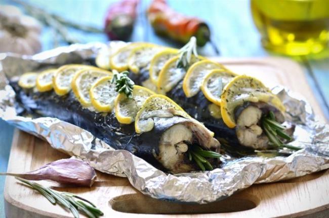 Tokluk hissi veriyor  Balık doymamış yağ içeren omega 3'ten zengin bir besin. Omega 3 yağ asitleri de kalp damar hastalıklarına karşı koruyucu etki gösteriyor. Öyle ki 85 bin menopoz sonrası kadın üzerinde yapılan bir araştırmada; haftada 5 ve daha fazla balık tüketenlerde hiç balık tüketmeyenlere göre kalp krizi gelişme riski yüzde 30 daha az bulunmuş. Balık içerdiği omega 3 sayesinde de zihni açarak hafıza kaybı ve unutkanlığı önlüyor. Omega 3 aynı zamanda beyin ve sinir sistemini de olumlu yönde etkiliyor. Fosfor ile A vitaminden zengin olması gözde meydana gelen dejenerasyonları önlüyor. Balık aynı zamanda içerdiği kalsiyumla kemik kaybını da önlüyor. Protein içeriği açısından iyi bir kaynak olan balık doygunluk hissi veriyor.