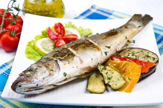 """Balık bayatsa yoğurt yemeyin  Balık bayatsa protein yapısında bulunan histamin miktarı artıyor. Histaminin fazla olması da vücutta toksik etki gösteriyor. Yoğurt proteininde de bulunan histamin bayat balık tüketildiğinde yüksek miktarda olan histamini daha da yükseltiyor. Bu sebepten """"balığın yanında yoğurt yenmez"""" deniliyor. Ancak balık taze ise toksik etki göstermeyeceği için beraberinde, öncesinde veya sonrasında yoğurt ve süt grubu besin tüketmenin hiçbir sakıncası yok."""