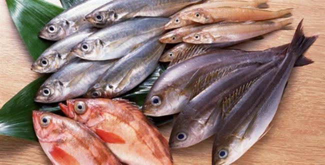 Solungaçlarını kontrol edin: Balığın kırmızı canlı solungaçları taze olduğunun bir göstergesidir.  Koklayın: Balığın deniz kokması, taze olduğuna işaret sayılabiliyor.  Bastırın: Fileto edilmiş balık etine elinizi bastırdığınızda deri kendini eski haline getiriyorsa, bu taze olduğu anlamına geliyor.