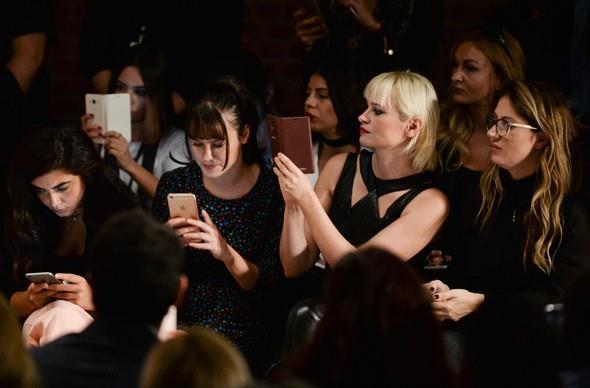 Zorlu Performans Sanatları Merkezi'nde 15 Ekim'e kadar sürecek olan moda haftasında Gül Ağış, Zeynep Tosun, Arzu Kaprol, Bahar Korçan gibi önemli tasarımcıların defileleri de gerçekleşti.