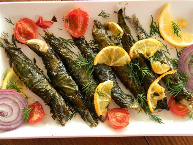 Asma Yaprağında Sardalya  Malzemeler  - 10 adet sardalya balığı - 10 adet salamura ya da taze üzüm yaprağı - 2 yemek kaşığı zeytinyağı - Tuz - Karabiber  Yapılışı  Önce yıkanan balıkların üzerine bir miktar tuz ve karabiber serpiştirerek lezzetlendirin. Balıkları asma yaprağına rulo yapar gibi sarın. Üzerlerini bir fırçayla zeytinyağlayıp ızgaraya koyun. Ortalama 5-6 dakika sonra çevirip, diğer yüzünü de kızartın. Servis tabağına alın. Dilerseniz yapraklarıyla, dilerseniz yaprakları çıkarılararak yenilebilir. Afiyet olsun…