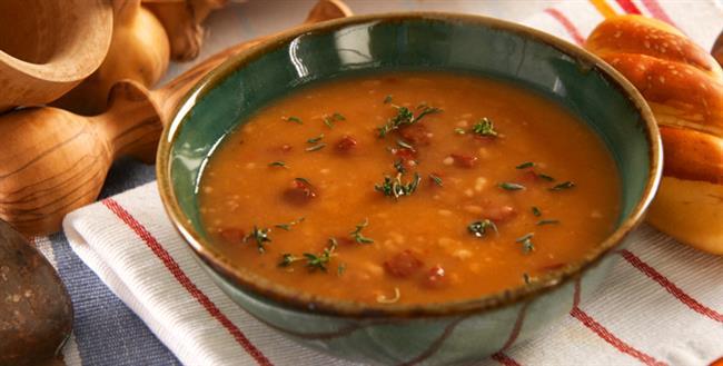 Sucuklu Tarhana Çorbası   Malzemeler  - 6 çorba kasığı tarhana - 200 gram sucuk - 1 çorba kasığı salça - 1 çay bardağı mısırözü yağı - 7-8 su bardağı su - Yeteri kadar tuz  Yapılışı  Tencereye yağı alın. Küçük doğranmış sucukları ekleyip kavurun. Tarhanayı da kavrulan sucuklarla 1-2 sefer çevirin. Sıcak suyu yavaş yavaş tarhanaya ekleyin. Salça da ilave edip, koyulastırın. Kısık ateşte kaynamaya bırakın. 10 dakika kaynatıp ocaktan alın.