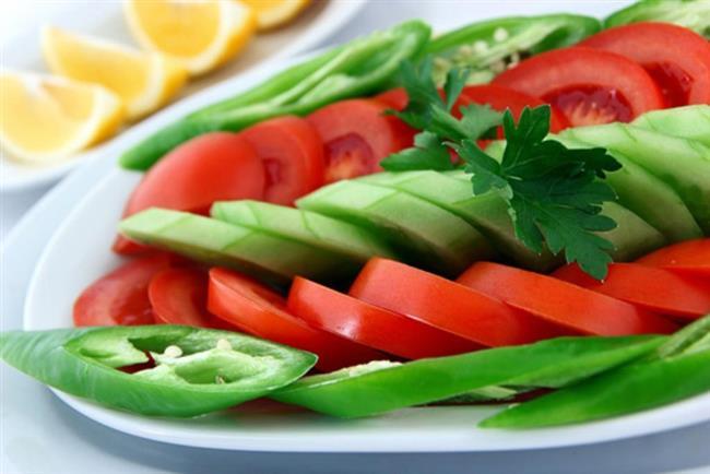1302 kalorilik 2. tercih: Uyanınca 1 bardak oda sıcaklığında su içiniz.  1 porsiyon mevsim meyvesi  Kahvaltı (Saat 07.00-09.00 arası) 1 kibrit kutusu büyüklüğünde diyet peynir ya da 1 adet yumurta  1 ince dilim esmer ekmek  Sınırsız söğüş domates, salatalık, yeşil sivri biber, marul, maydanoz vs.  4 adet yağsız siyah zeytin  1 tatlı kaşığı süzme bal  Şekersiz açık limonlu siyah çay Kuşluk (Saat 10.00-11.00 arası)  1 porsiyon mevsim meyvesi