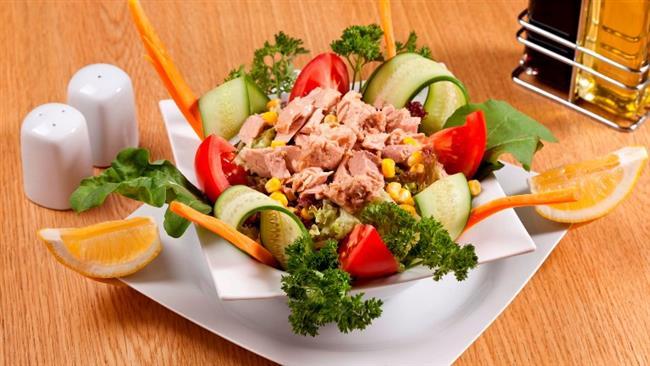 (Saat 12.00-14.00 arası)  1 tatlı kaşığı zeytinyağı ye 90 gr. diyet peynir ya da tavuk veya diyet ton balığı ile hazırlanmış sınırsız mevsim salatası  1 ince dilim esmer ekmek İkindi (Saat 16.00-17.00 arası) 1 kibrit kutusu büyüklüğünde peynir  2 grisini ya da 1 porsiyon tahıl değişimi  Şekersiz bitki çayı (ıhlamur, ada çayı, kuşburnu vs.)
