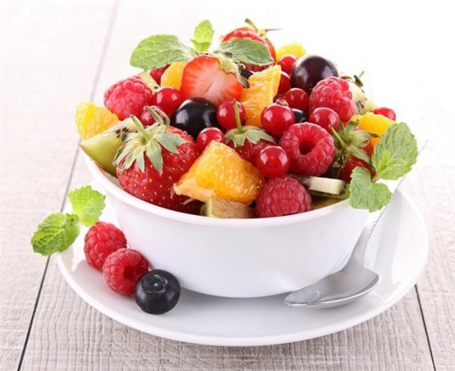 1302 kallorilik 1. tercih:  Uyanınca 1 bardak oda sıcaklığında su içiniz.  1 porsiyon mevsim meyvesi  Kahvaltı (Saat 07.00-09.00 arası) 1 kibrit kutusu büyüklüğünde diyet peynir ya da 1 adet yumurta  1 ince dilim esmer ekmek  Sınırsız söğüş domates, salatalık, yeşil sivri biber, marul, maydanoz vs.  4 adet yağsız siyah zeytin 1 tatlı kaşığı süzme bal  Şekersiz açık limonlu siyah çay Kuşluk (Saat 10.00-11.00 arası)  1 porsiyon mevsim meyvesi