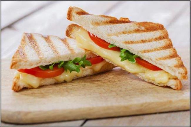 Öğle (Saat 12.00-14.00 arası) 2 adet ızgara köfte (60 gr.), tavuk ya da balık, 1 ince dilim esmer ekmek  1 tatlı kaşığı zeytinyağı ile hazırlanmış sınırsız mevsim salatası  1 kibrit kutusu diyet peynir İkindi (Saat 16.00-17.00 arası)  Diyet kasar peynirli yağsız tost  Sınırsız söğüş domates, salatalık, yeşil sivri biber, marul, maydanoz vs.  Şekersiz bitki çayı (ıhlamur, ada çayı vs.)
