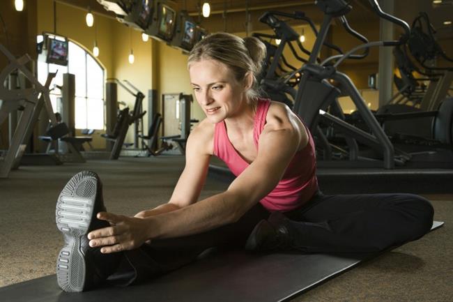 2. Isınma ve esneme hareketleri yapın  Tempolu yürüyüşe başlamadan önce mutlaka ısınma ve hafif esneme (germe) egzersizleri yapın. Bu, gelişebilecek kas ile eklem yaralanmalarını önleyebileceği gibi, kalp ve damar sisteminin egzersize uyumunu da kolaylaştırıyor