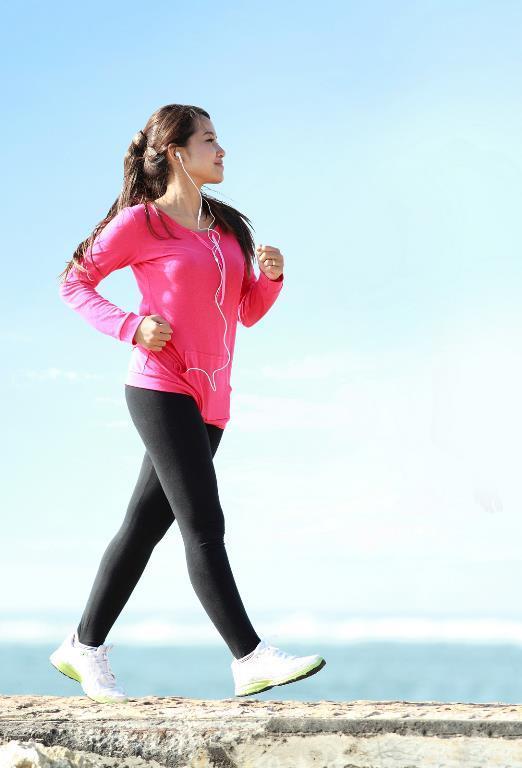 5. Açık havada yürüyün  Yürüyüşü açık havada veya oksijeni bol bir ortamda yapmanız sağlığınız açısından çok önemli. Çünkü açık havada vücudun oksijenlenmesi artıyor ve yağ yakımı daha düzenli oluyor.