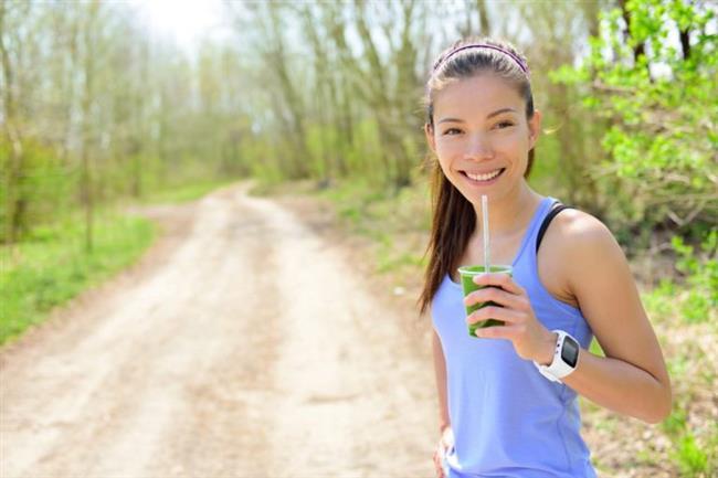 4. Yürüyüş öncesi yemek yemeyin  Yemeğinizi yürüyüşten en az 2 saat önce bitirmiş olmalısınız. Aksi halde sindirim işlemi devam ettiği için vücut daha fazla zorlanıyor ve zarar görme riski artıyor. Sabah erken saatte yapılan yürüyüş öncesi şeker içeren hafif bir atıştırma (meye suyu, meyve vs ) almanızda da fayda var. Bu hem kan şekerinin düşmesini önlüyor, hem de metabolizmayı hızlandırıyor.