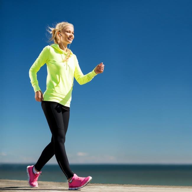 6. Teri emen, vücudu sıkmayan giysiler kullanın  Yürüyüş sırasında teri emen, vücudu sıkmayan, rahat hareket etmenizi sağlayan giyecekler tercih edin.