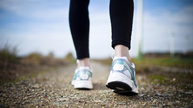 """7. Ayakkabı seçimine dikkat edin  """"Yürüyüş yaparken ayakkabı seçimi çok önemli."""" diyen Prof. Dr. Özçırpıcı dikkat etmeniz gereken kuralları şöyle sıralıyor: """"Tabanı esnek, yürüyüş için uygun spor ayakkabılarını tercih edin. Çok büyük veya sıkan ayakkabılardan kaçının. Düztaban sorununuz varsa veya bel, kalça, diz, ayak bileği ile ayaklarınızda problem yaşıyorsanız, öncelikle doktor kontrolünden geçmeli ve gerekirse ayakkabı içine yerleştirilen tabanlıklarla yürümelisiniz. Çünkü herhangi bir basış anomalisi varsa yürüyüş sırasında eklemlere binen yük dağılımı eşit olmuyor. Bunun sonucunda da eklemlerin yaralanma riski artıyor."""""""