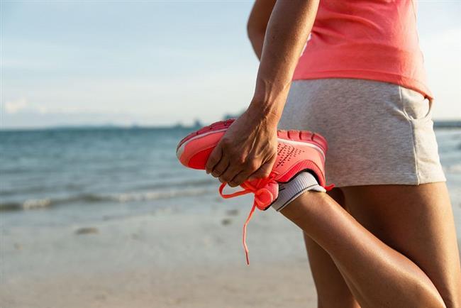 9. İdeal kalp hızınızı belirleyin  Yürüyüş , doğru tempoda yapmanız gerekli bir egzersiz. Yürüyüşte amaç vücudun aerobik metabolizmasını çalıştırmak. Maksimum kalp hızının yüzde 55-60 ile yüzde 75- 80'i arasında yapılan egzersizler aerobik egzersizler olarak adlandırılıyor. Maksimum kalp hızını bulmak için yaşınızı 220'den çıkarın ve bulunan değerin yüzde 55 ve yüzde 80'ini hesaplayın. Bu yürüyüş sırasında olması gereken minimum ve maksimum kalp hızını veriyor.  Örneğin 60 yaşındaki bir kişinin kalp hızı şöyle hesaplanıyor:  220-60: 160 160x55/100: 88 ( Minimum kalp hızı) 160 x80/100: 128 ( Maksimum kalp hızı)  Bu kişinin 100-110 kalp hızında yürümesi ideal olarak kabul ediliyor.