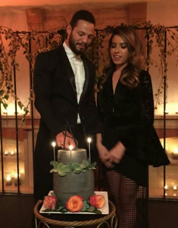 Bu özel günlerinde çifti, aileler ve yakın dostları yalnız bırakmadı. Nişan töreninden fotoğraflar davetliler tarafından sosyal medyada paylaşıldı.