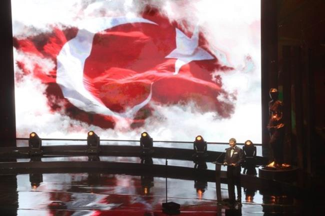 """Festivalin açılış konuşmasını Antalya Büyükşehir Belediye Başkanı Menderes Türel yaptı. Türel, """"Türkiye 15 Temmuz'da demokrasi tanımını yeniden yaparak adeta destan yazdı. Dünya millet nedir, büyük lider nasıl olur çok iyi gördü. Bu salonda bir kez daha sanatın birleştirici gücüyle sanata, dostluğa, kardeşliğe ve barışa el uzatıyoruz."""" diye konuştu."""