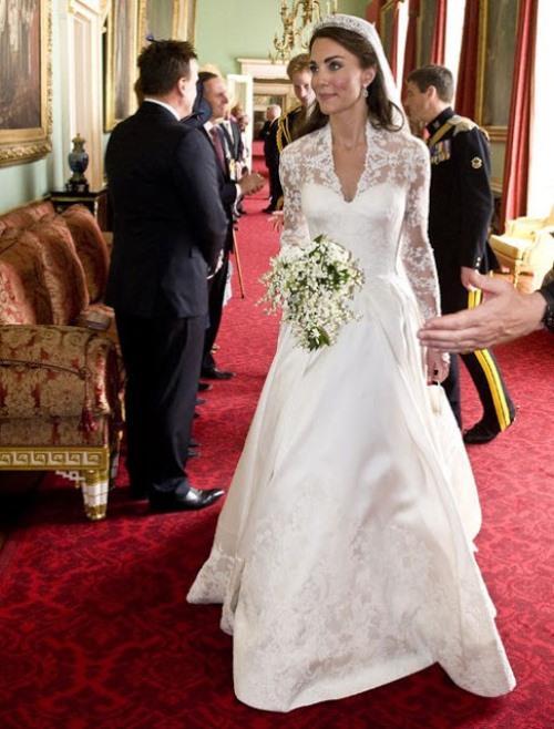Uzun kollu gelinlikler ile sizde büyüleyici ve zarif bir gelin olabilirsiniz.Son yılların trend gelinlik modeli olmasının bir sebebi de Kate Middleton'un gelinliği uzun kollu ve dantelli olmasıdır.