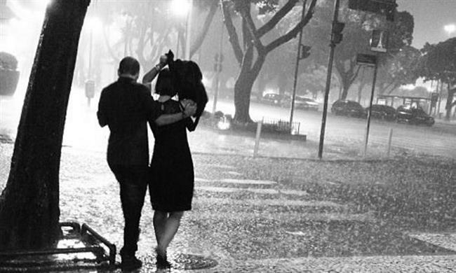 """İŞLER ZORLAŞTIĞINDA...   """"Bir arkadaşımızın düğünü için yurtdışına gitmiştik. Düğünden sonra taksi şoförü bizi hiç bilmediğimiz bir yerde öylece bırakıp gitti. Şakır şakır yağmur yağıyordu. Birbirimizi suçlayıp çok kötü bir kavga ettik. Buna rağmen ceketini çıkartıp üşümemem için bana verdi."""" - Canan, 25"""