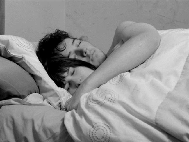 """""""Bir gece çok büyük bir kavgaya tutuştuk. Eve döndüğümüzde başka bir odada uyumaya gittim gece bir ara uyandım. O sırada beni almaya geldi. Beraber yatağa girdik ve birbirimize sarılarak uyuduk."""" - Selin, 26"""