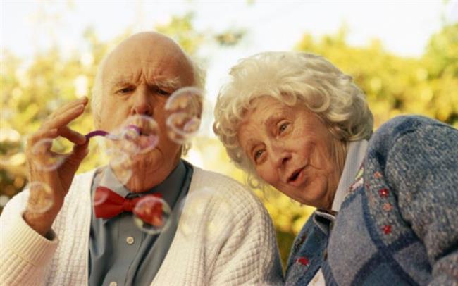 YÜZÜNÜZÜ GÜLDÜREN ROMANTİK ANLAR...   Yaşlı bir çifti elele yürürken izlemek.
