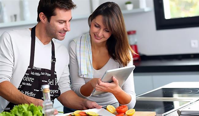 """""""Kız arkadaşım iş için yurtdışına çıktığında buzdolabının üstüne kolay yapılır yemek tariflerini yapıştırmıştı, işte o zaman beni gerçekten sevdiğini anladım ve ona bir kez daha aşık oldum."""" - Mesut, 26"""
