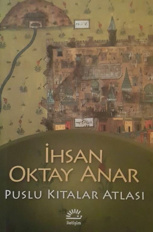 """10)Puslu Kıtalar Atlası/ İhsan Oktay Anar (1995)    Puslu Kıtalar Atlası, İhsan Oktay Anar'ın yayımlanmış ilk romanı.Mayıs 2014'te 50. baskısı yapılan kitap ilk kez Ocak 1995 yılında İletişim Yayınları tarafından basıldı. Yayınlandığı andan itibaren hem içerik hem biçim olarak ilgi gördü. Birçok yeni baskısı yapıldı ve eleştirmenler tarafından olumlu değerlendirmelere tabi tutuldu.Bu kitap dolayısıyla Anar için """"edebiyatın yeni soluğu"""" tanımlaması yapıldı. Kitap, İhsan Oktay Anar'ın bir felsefeci olduğunu göstermiş ve okuyucuya bu derinliği iletebilmiştir.   Ayrıca kitaptaki düzgün ve akıcı anlatımın okuyucu üzerindeki tesiri sayesinde tarihe olan ilgi artmıştır. Kitapta kullanılan dil anlaşılır olmasına karşın çeşitli dillerden eski sözcükler de içermektedir ve bizi aşina olduğumuz bu dile karşı adeta yeniden düşünmeye sevk etmektedir. Kitap , ilk basım tarihinden 20 yıl sonra İlban Ertem'im çizimleriyle iletişim yayınları tarafından çizgi roman olarak da yayınlanmıştır."""