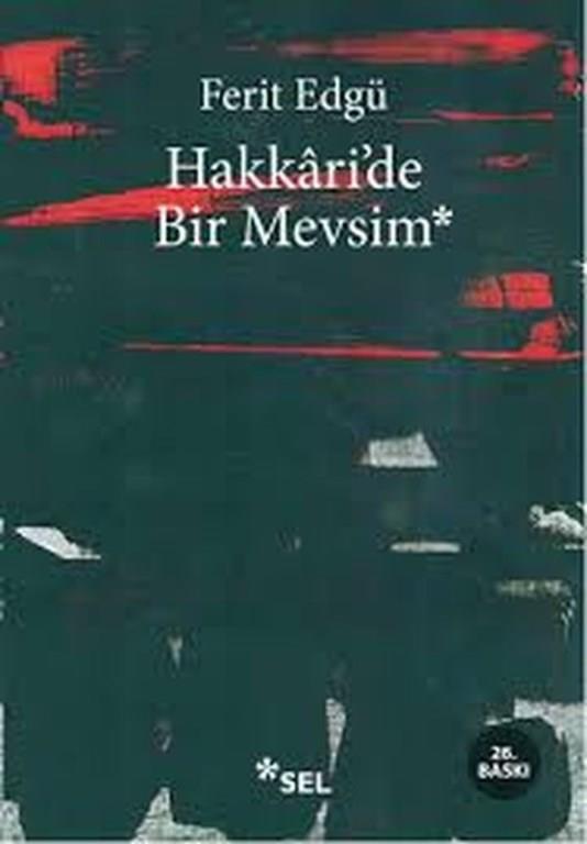 23)Hakkari'de Bir Mevsim/ Ferit Edgü (1977)    O/Hakkâri'de Bir Mevsim, Ferit Edgü'nün 1977'de yayımlanan romanıdır.Edgü 1964'te er-öğretmen olarak gittiği Hakkari'nin Pirkanis köyünde (günümüzdeki adı Işıklar) yaşadıklarını yıllar sonra düşle gerçeği bir arada kurgulayarak bu romanında anlatmıştır. Bir kış mevsimi boyunca -kitaptaki ifadeyle - Hak. İlinin Pir. Köyünde yaşamları birbirine giren insanların dünyası, yoklukla, yoksullukla mücadelesi ile kitabın kahramanının yabancılaşma ve varoluş meseleleri anlatılır.  İki bölümden oluşan kitabın Ön ve Son Söz başlığını taşıyan birinci bölümünde on altı alt bölüm, ikinci bölüm dokuz alt bölümden oluşur. Olay örgüsü birinci bölümde birbirini takip eden olaylar dizisi şeklinde sunulmuş; ikinci bölümde ise parçalar halinde sunulup, birleştirilmesi okuyucuya bırakılmıştır.