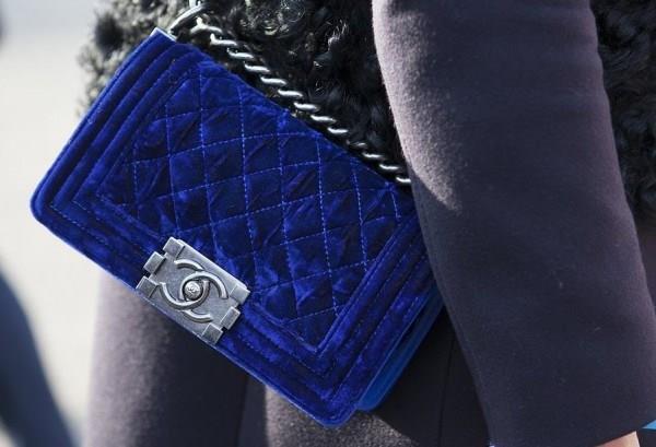 Kadife çantalar  Narin ve yumuşak kumaş özelliğiyle kış sezonunun favorileri arasında yer alan kadife, gelecek sezon çanta modellerinde pek çok ünlü markanın koleksiyonlarında yer alacak.