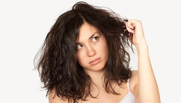 Saçımızın düğümlenmesi büyük bir problem. Yanlış tarak kullandığımızda saçımızı açmaya çalışırken aslında kırıyor ve zarar veriyoruz. Her zaman geniş dişli taraklar kullanmaya çalışın ve saçınızı özellikle ıslakken açmaya çalışın.