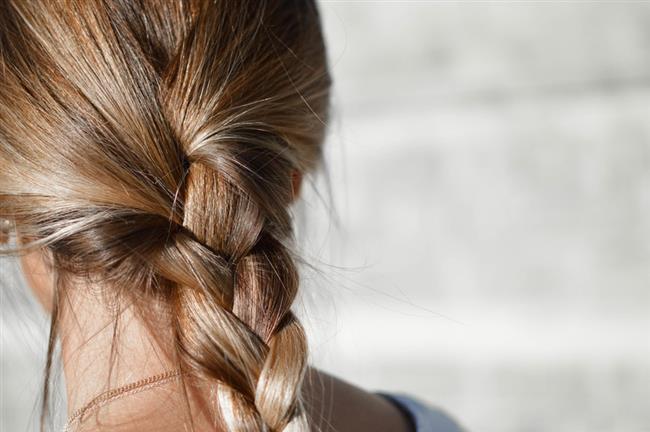 Durulanmayan saç kremlerini kullanın. Piyasada pek çok markanın ürünlerini bulabilirsiniz.Her sabah bu ürünleri kullanabilirsiniz. Bu ürünler saçınızda koruyucu bir katman oluşturup dış etkilerden korur. Ayrıca saçınızı daha kolay taramanızı sağlar.
