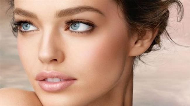 Işıltılı bir allık, nude bir ruj ve doğal tonlarda far kullanarak uygulayacağınız göz makyajıyla kolaylık istediğiniz görünüme kavuşabilirsiniz.