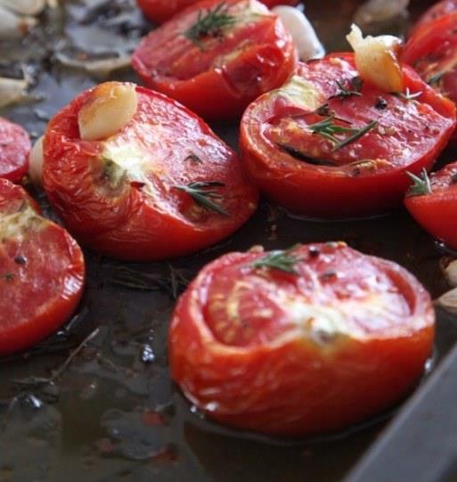 Domatesi pişirerek tüketin  Domates, asit oranı yüksek olduğundan bilinenin aksine bir sebze değil, meyvedir. A ve C vitamini açısından oldukça zengin olan bu kırmızı meyveyi, salatalarımızda, pişirdiğimiz yemeklerde mevsimine göre taze veya konserve olarak kullanarak kullanabiliriz. Domatesin içinde bulunan en önemli antioksidanlardan biri olan likopenin pişirme işlemi ile birlikte vücutta emilimi artıyor. Bu sayede domates, vücutta bulunan serbest radikallere karşı savaşıyor, bağışıklığın güçlenmesine ve iyileşme sürecinin hızlanmasına yardımcı oluyor. Zeytinyağı ilavesi ile de biyo-yararlılığı daha da artan domatesi, gün içerisinde yemeklerde ve salatalarda kullanmayı ihmal etmeyiniz. Doğal domatesi ekim bitmeden yakalayın.
