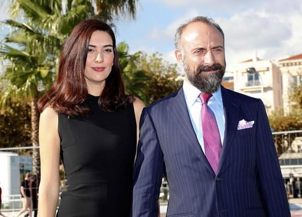 """Birçok internet sitesinde """"Binbir Gece dizisinin Onur ve Şehrazat'ı olarak tanınan iki yıldız, yıllar sonra yeniden aynı dizide rol alıyor"""" şeklinde haberler yapıldı. İki oyuncu, dünya televizyon sektörünün en önemli mecralarına da röportajlar verdi."""