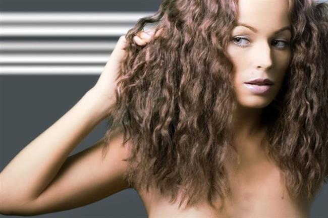 Çabuk yağlanan saçlar saç modelinizin çabuk bozulmasına, saçın kirli ve sönük gözükmesine neden olur.  İşte çabuk yağlanan saçlar için çözüm önerileri: