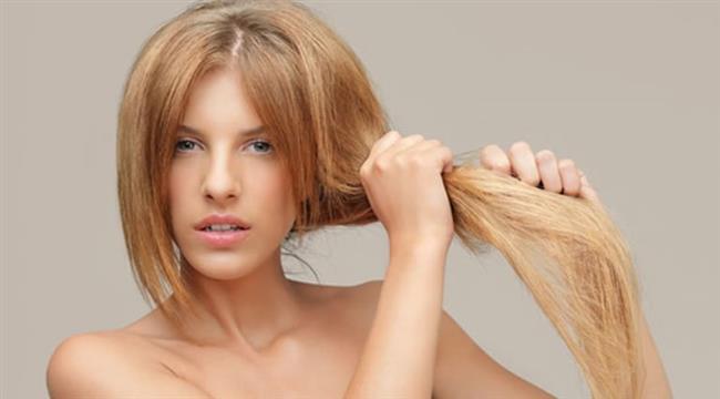 Çok fazla dokunmayın  Saçları çok sık taramak ve ellemek çabuk yağlanan saçların başlıca sebeplerinden bir tanesi. Saçlarınızla oynadığınızda ellerinizde bulunan ter, yağ ve kirler saçlarınızın yağlanmasına yol açar. Sık taramak da yağ üretimini artırır.