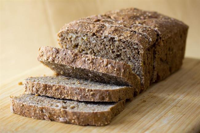 Tam tahıllı ekmek: Düşük kalorili bir diyet yapıyorsanız beynin en önemli enerji kaynağı olan glikojen depolarınızı kullanmaya başladınız demektir. Bu aynı zamanda dehidrasyona neden olan sıvı kaybının da sebebi olabiliyor. Beyine giden enerjinin azalması ve su kaybı ise baş ağrısını tetikliyor. Diyet yaparken tam tahıllı un, yulaf, meyve gibi doygun karbonatları tercih edin.