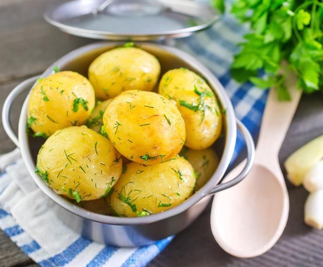 Haşlanmış patates: Baş ağrınız özellikle alkole bağlı olarak ortaya çıktıysa güzel bir yemek size iyi gelebilir. Alkol vücutta suyun yanı sıra potasyum gibi elektrolitlerin de kaybına neden oluyor. Bu nedenle potasyumdan zengin gıdalar, akşamdan kalma olanların imdadına yetişiyor. En iyi potasyum kaynaklarından biri olan haşlanmış patates 721 mg, bir muz ise 467 mg potasyum içeriyor.