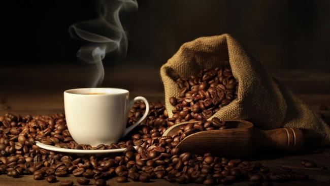 Kahve: Kafein vücutta su kaybına neden oluyor, su kaybı ise baş ağrısını tetikliyor. Bu çelişki nedeniyle kahvenin baş ağrısına karşı etkili olması da mümkün değil gibi görünüyor. Ancak eğer akşamdan kalma olduğunuz için baş ağrısı çekiyorsanız bir fincan kahve baş ağrınızın hafiflemesini sağlayabiliyor. Ancak gün boyu kahve içmek ağrıdan kurtulmanın iyi bir yolu değil.
