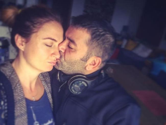 """Bülent Şakrak, eşini öperken çektiği kareyi Instagram'da yayınlayıp altına """"Bir turne ayrılığı, hemen dönülecek karıcığım"""" notunu düştü."""