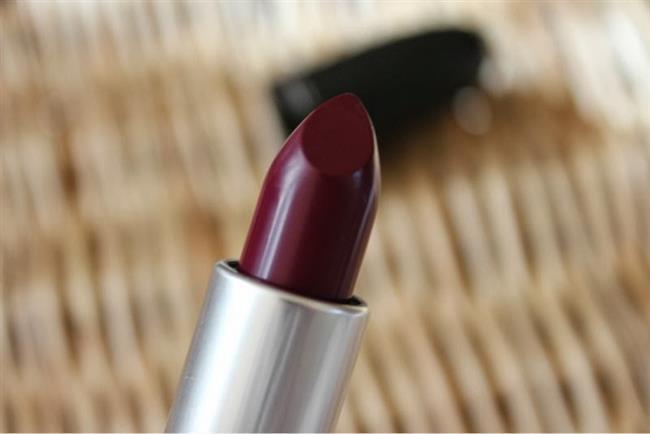 Rujunuzu uyguladıktan sonra temiz bir fırça yardımıyla rengi tüm dudağınıza eşit bir şekilde dağıtın.