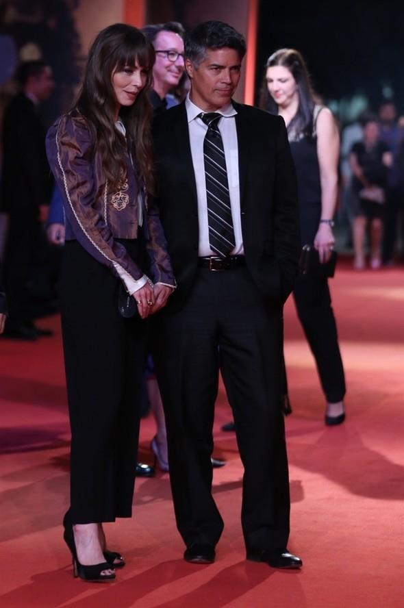 ABD'li aktör Esai Morales (solda), kırmızı halından geçti.