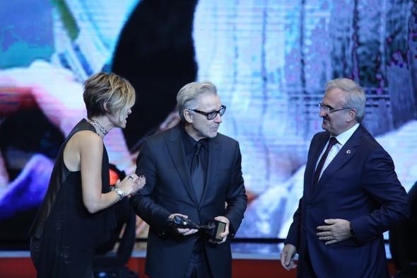 """Ödül töreninde Antalya Valisi Münir Karaloğlu (sağ) ve 53. Uluslararası Antalya Film Festivali Direktörü Elif Dağdeviren (sol), ABD'li aktör Harvey Keitel'e (ortada)""""Yaşam Boyu Başarı Ödülü"""" verdi."""