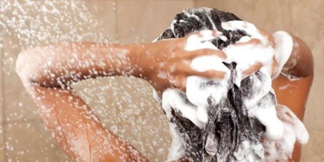 Saçlarınızı Her Gün Yıkamayın   Saçlarınızı her gün yıkamaktan vazgeçin. Çünkü saç derisinde sebum adı verilen yağ bulunmaktadır bu yağ dengesini korumak için saçı bir gün arayla yıkayın.