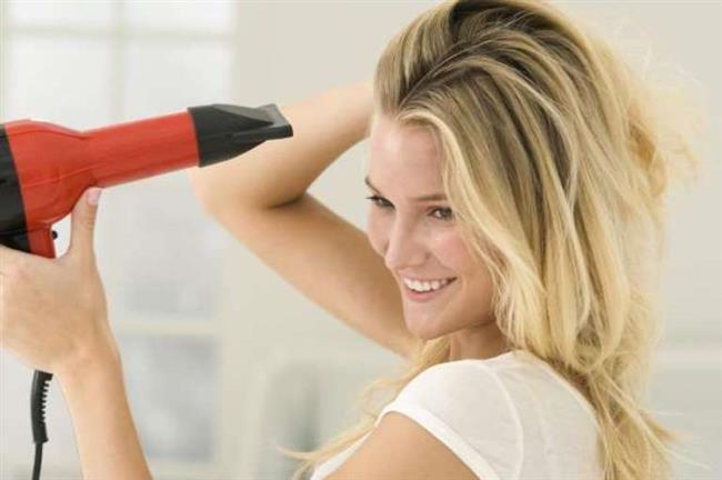 Saçı Kurutmadan Önce Nemini Alın   Saç kurutması kullanıyorsanız önce havlu ile saçınızın nemini alın. Böylece saçınız hem daha çabuk kurur hemde zarar görmez.