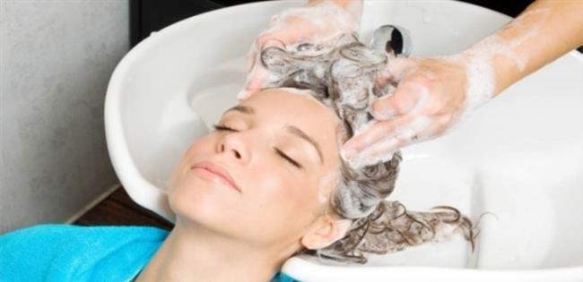 Saçlarını Yumuşak Yıkayın   Saçlarınızı yavaşça masaj yaparak yıkayın. Aksi halde saçınız hem zarar görür hemde birbirine girer.